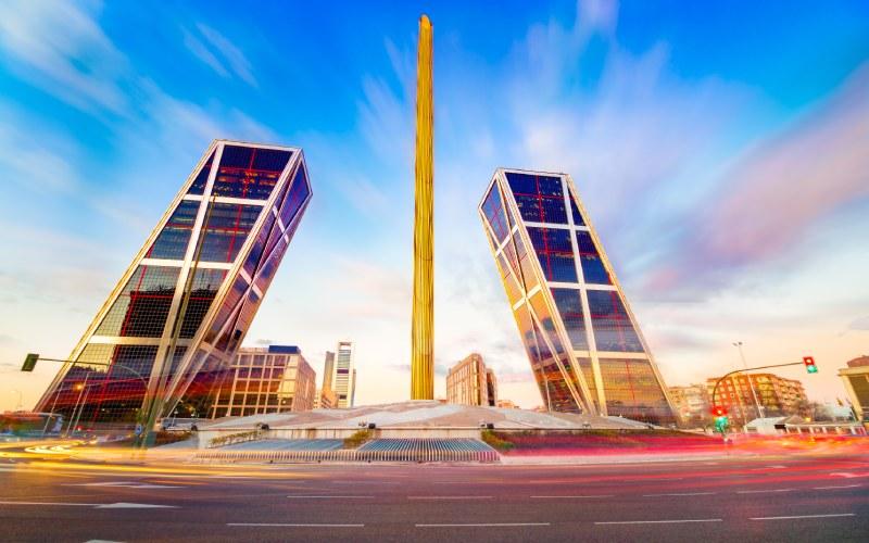 Las Torres KIO se presentan como una puerta futurista