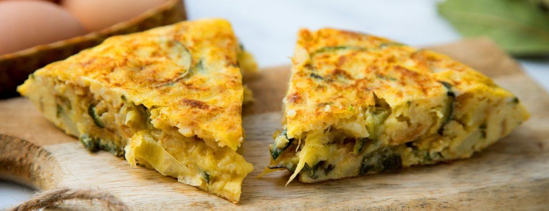 Plato de tortilla de calabacín. | Shutterstock