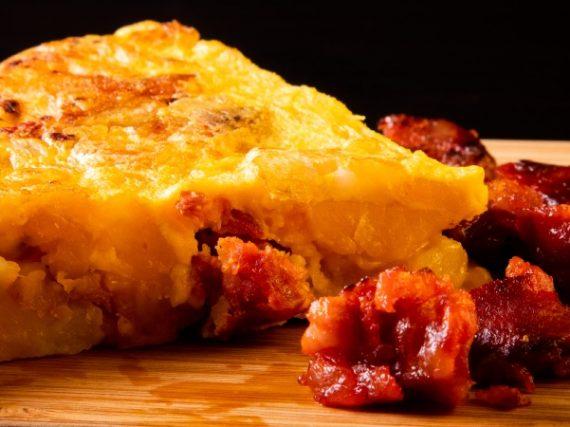 Tortilla con chorizo o tortilla de jueves lardero