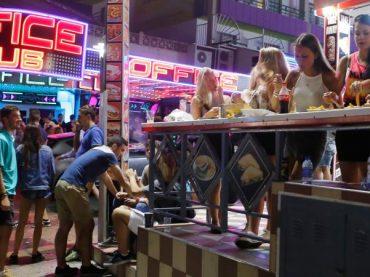 Baleares ataca el turismo de borrachera extranjero y cierra temporalmente Magalouf