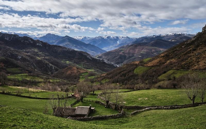 Paisaje de Valle de Pelúgano, en ascenso hacia el Ojo de Buey