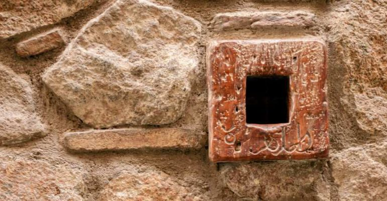 Asomarse a la ventana más pequeña del mundo, una rendija para ver a Cervantes