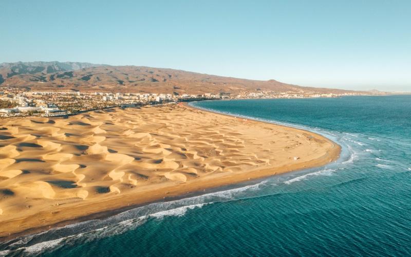 Vista aérea de las dunas y la playa de Maspalomas | Shutterstock