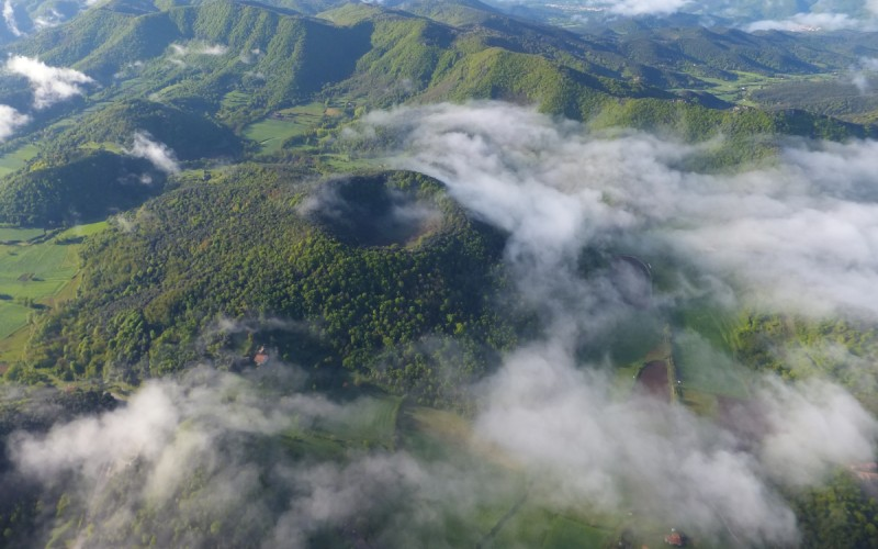 Volcán de Santa Margarida con niebla