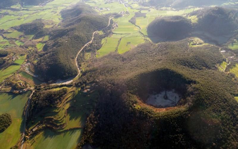 Vista aérea del volcán de Santa Margarida y su ermita