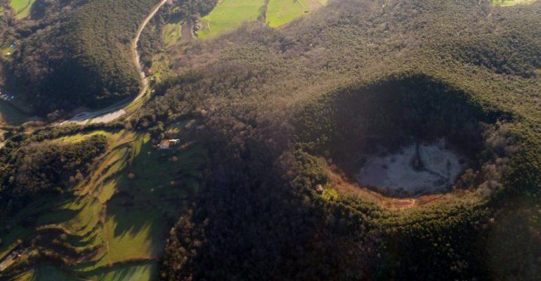 El volcán de Santa Margarida, un cono perfecto con una ermita en el centro de su cráter